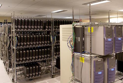 多数のウェブサーバーが設置してあるサーバー・ルームの一例